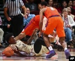 지난 14일 플로리다주 탤러해시에서 열린 미국 NCAA 플로리다 주립대 VS 클렘슨대 경기에서 플로리다 주립대의 방어수인 태러슨맨이 심판에게 트래블링을 지적을 당하고 있다.