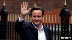 영국 총선에서 집권 보수당이 승리한 가운데, 데이비드 캐머런 총리가 8일 보수당 당사를 나서면서 손을 흔들어 보이고 있다.