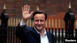 ນາຍົກລັດຖະມົນຕີ ອັງກິດ ທ່ານ David Cameron ໂບກມື ໃນຂະນະທີ່ເດີນທາງອອກຈາກ ຫ້ອງການພັກນິຍົມແນວທາງ ເດີມ.