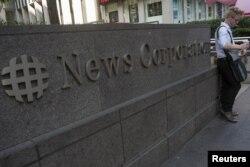 Seorang pejalan kaki beristirahat sejenak di depan gedung News Corporation di New York (Foto: dok).