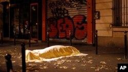 Une victime des terroristes à l'extérieur du Bataclan à Paris, le 13 novembre 2015. (AP Photo/Jerome Delay)