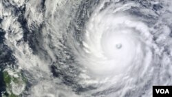 Petugas prakiraan cuaca memperkirakan angin topan itu akan melewati Okinawa Sabtu malam (11/10) sebelum menuju ke utara ke arah pulau-pulau utama Kyushu dan Honshu awal pekan depan.