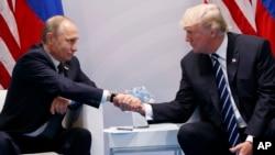 លោក ដូណាល់ ត្រាំ (ស្តាំ) និងលោក Vladimir Putin ក្នុងជំនួបនៅឯកកិច្ចប្រជុំកំពូលនៃក្រុមប្រទេស G-20 កាលពីថ្ងៃទី៧ ខែកក្កដា នៅប្រទេសអាល្លឺម៉ង់។