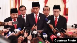 Presiden Joko Widodo memberikan keterangan usai melantik pimpinan PPATK yang baru di Istana Negara Jakarta Rabu, 26 Oktober 2016. (Foto: Biro Pers Kepresidenan).