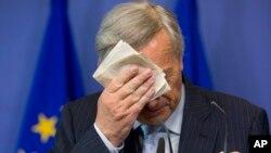 Што да се стори со Грција? Претседателот на Европската комисија Жан-Клод Јункер, непосредно пред да говори на денешната прес-конференција во Брисел