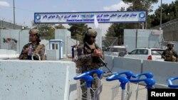 2021 年8 月31 日,在美軍撤離阿富汗喀布爾的第二天,塔利班部隊在哈米德·卡爾扎伊國際機場的入口處站崗。