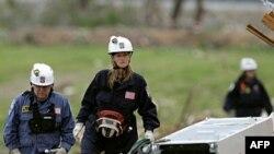 Ðội cứu hộ tìm kiếm nạn nhân sau trận lốc ở Joplin, Missouri
