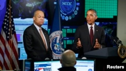 U.S. President Barack Obama talks next to Secretary of Homeland Security Jeh Johnson (L) at the National Cybersecurity and Communications Integration Center in Arlington, Virginia, Jan. 13, 2015.