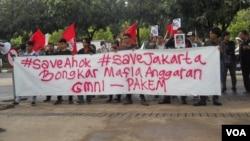 Puluhan aktivis GMNI melakukan aksi dukungan terhadap Gubernur DKI Basuki Tjahaja Purnama di Balai Kota Jakarta hari Senin, 2/3 (foto: VOA/Andylala).