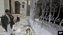 這名也門部落男子星期四檢查被炸毀的房子