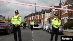 Polisi berjaga-jaga dekat perumahan di Harlesden Road, London utara, 28 April 2017.