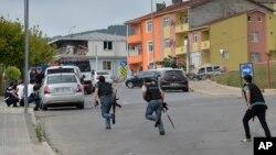 Турецкие полицейские во время перестрелки. Стамбул, 10 августа 2015.