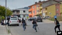 10일 터키 이스탄불에서 경찰이 경찰서를 공격한 용의자를 쫒고 있다.