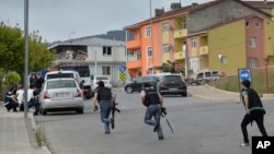Turski policajci beže u zaklon, Istanbul 10. avgust 2015.