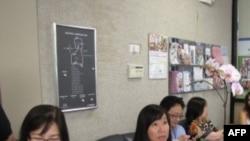 Nhà thơ Phan Thị Ngôn Ngữ (trái) tại buổi ra mắt sách, 10/07/2011