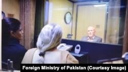 جاسوسی کے الزام میں پاکستان میں قید بھارتی فوجی افسر کلبھوشن یادیو کی، وزارت خارجہ کے دفتر میں اپنی اہلیہ اور والدہ سے ملاقات۔ 25 دسمبر 2017