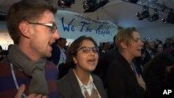 Para demonstran bernyanyi dalam konferensi Perubahan Iklim di Bonn, Jerman, Senin (13/11).