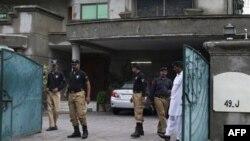 Пакистанская полиция у входа в дом похищенного Уоррена Уайнстайна