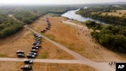 Zvanična vozila parkirana su uz obalu Rio Grande blizu migrantskog kampa u Del Riju u Texasu 21. septembra 2021.