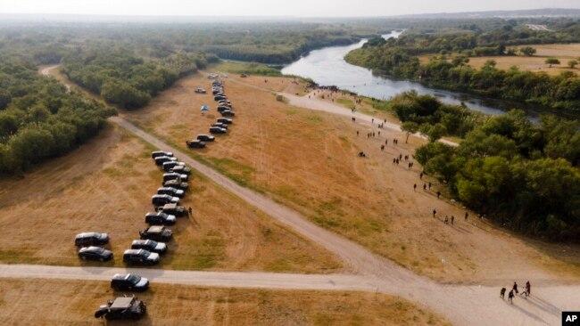 ریو گرینڈ کے قریب سرکاری گاڑیون کی ایک قطار