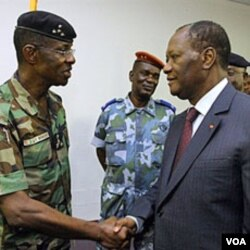 Presiden terpilih Alassane Ouattara (kanan) menyalami Jenderal Philippe Mangou, mantan kepala angkatan bersenjata Gbagbo.