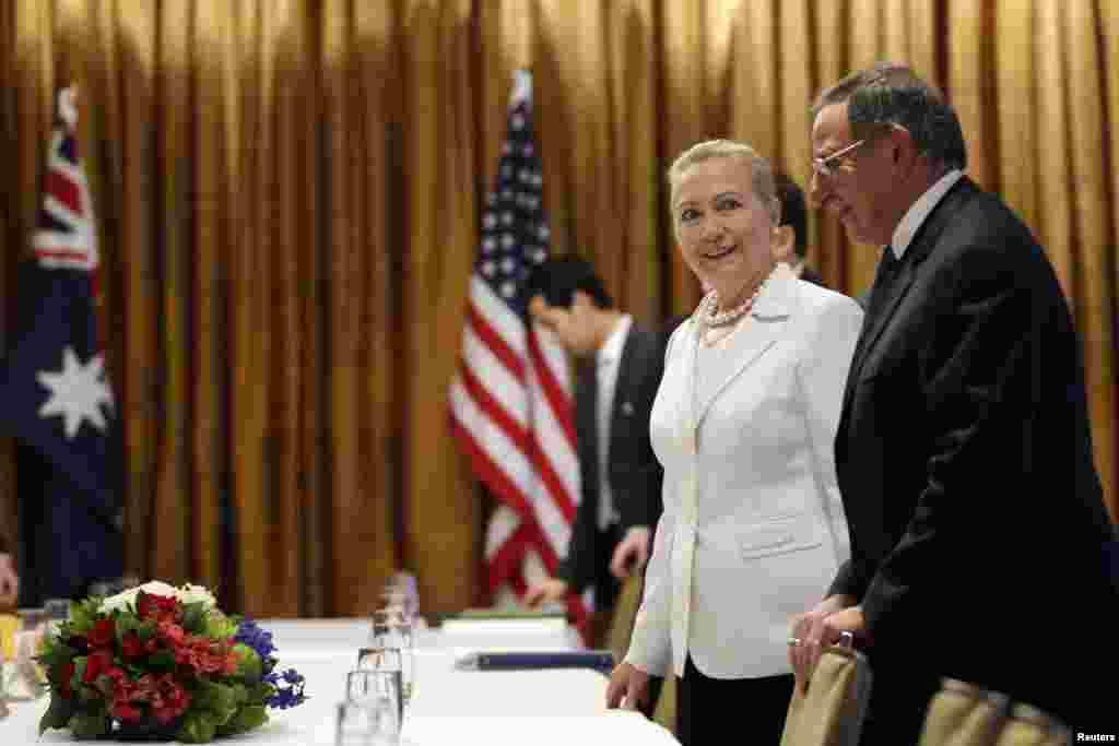 ທ່ານນາງ Hillary Clinton, ລັດຖະມົນຕີກະຊວງການຕ່າງປະເທດແລະທ່ານ Leon Panettaລັດຖະມົນຕີກະຊວງປ້ອງກັນປະເທດສະຫະລັດ ນັ່ງລົງໃນກອງປະຊຸມພົບປະກັບທ່ານນາງ Julia Gillardນາຍົກລັດຖະມົນຕີອັອສເທຣເລຍ ແລະພວກເຈົ້າໜ້າທີ່ຜູ້ອື່ນໆ ຢູ່ເມືອງ Perth ຂອງອັອສເທຣເລຍ ໃນວັນທີ 13 ພະຈິກ 2012.