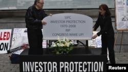 Dalam foto tertanggal 8/5/2012 ini para aktivis di New York melakukan demonstrasi memperingatkan para investor bahwa mereka juga bisa menjadi korban penipuan Wall Street.