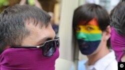 ჰომოფობიასთან ბრძოლის საერთაშორისო დღე საქართველოში - ლგბტ (ლესბოსელი, გეი, ბისექსუალი და ტრანსგენდერი) თემის წარმომადგენლები მონაწილეობენ მცირერიცხოვან გეი მარშში ჰომოფობიასთან, ტრანსფობიასა და ბიფობიასთან ბრძოლის საერთაშორისო დღეს თბილისში, საქართველო, 2012 წლის 12 მაისი.