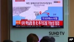 Ljudi gledaju TV izveštaje o raketnoj probi Severne Koreje na železničkoj stanici u Seulu, Južna Koreja, 5. aprila 2017. (AP Photo/Lee Jin-man)