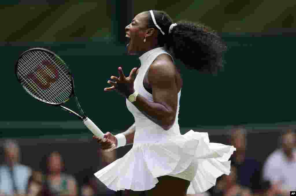Tenista americana, Serena Williams, no jogo com a suiça, Amara Safikovic, durante o campeonato de Winbledon na Inglaterra.