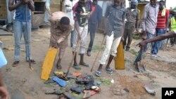 Warga berkumpul di sebuah lokasi ledakan di Maiduguri, Nigeria, Senin (21/9).