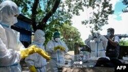 ရန္ကုန္ အ ေျခစိုက္ ကိုဗစ္ အကူအညီေပးေရး ပရဟိတအသင္းတခု အသင့္ျပင္ေနစဥ္ (ဓာတ္ပံု - AFP)