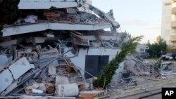 Oštećena zgrada u Draču (Foto: AP/Hektor Pustina)