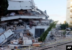 Srušena zgrada u Draču (Foto: AP)
