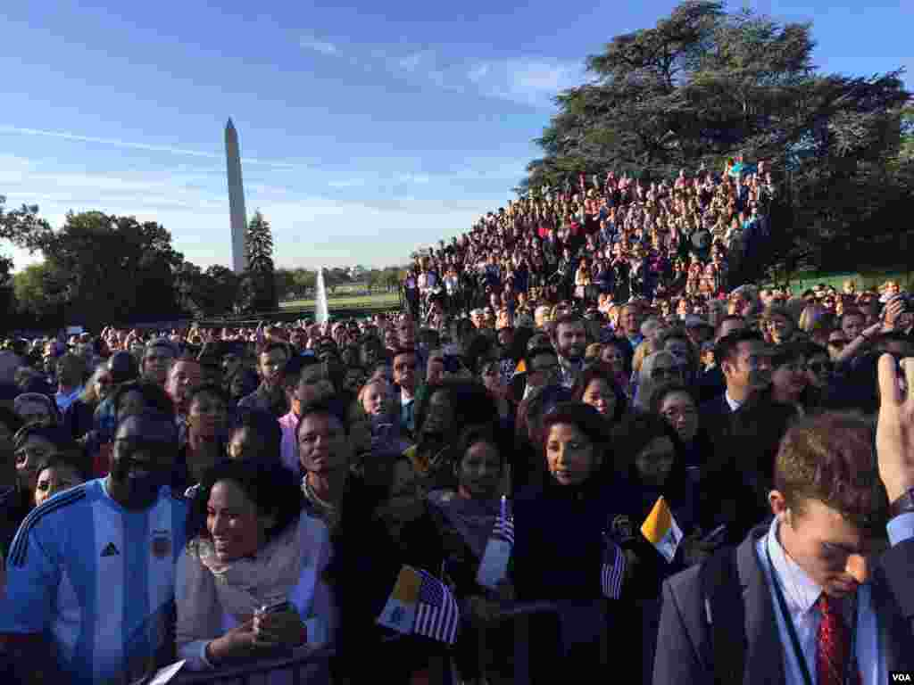 Crowds wait to see Pope Francis at the White House, Sept. 23, 2015. (Aru Pande/VOA)