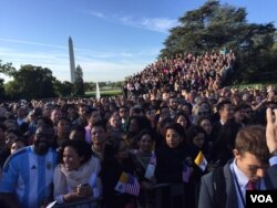Crowds wait to see Pope Francis at the White House, Sept. 23, 2015. (A. Pande/VOA)