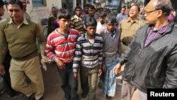 پلیس هند مردان تجاوزکار را که با طناب بسته شده اند اسکورت می کند. بنگال، ۲۳ ژانویه ۲۰۱۴