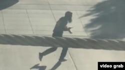 حملے کے وقت لی جانے والی ایک تصویر جس میں حملہ آور کو ٹرک سے نکل کر بھاگتے دیکھا جاسکتا ہے