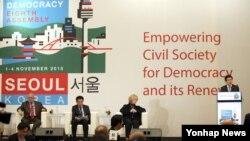 지난 1일 오후 서울 여의도 콘래드호텔에서 열린 '세계 민주주의 운동 총회'에서 황교안 국무총리(오른쪽)가 축사를 하고 있다.