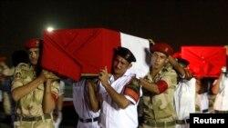 Sina'da öldürülen 25 polisin tabutları Kahire askeri hava alanından götürülürken