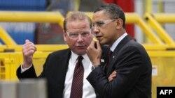 Tổng thống Obama (phải) cùng đi với Tổng Giám đốc công ty Orion Energy Systems, ông Neal Verfuerth, thăm xí nghiệp ở Wisconsin