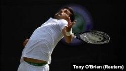 Novak Đoković servira tokom meča 4. kola Vimbldona (Foto: Reuters/Tony O'Brien)