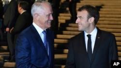 Tổng thống Pháp Emmanuel Macron bắt tay Thủ tướng Australia Malcolm Turnbull tại Nhà hát Opera Sydney, ngày 1/5/2018.