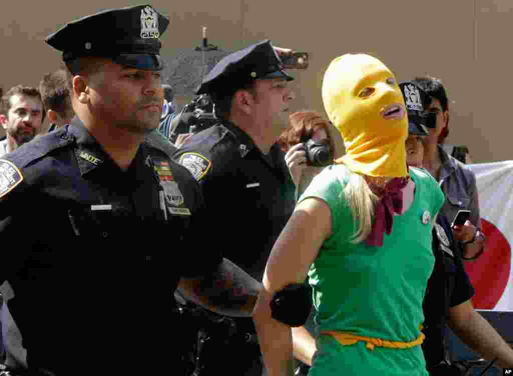 Um protestante é preso em frente ao consulado russo em Nova York