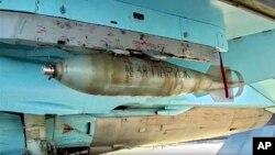 """Trong bức ảnh cắt từ video được phát hành bởi trang web chính thức Bộ Quốc phòng Nga vào ngày 20 tháng 11 năm 2015, dòng chữ """"Đối với Paris"""" được viết trên một quả bom gắn vào máy bay chiến đấu Nga để chuẩn bị cho nhiệm vụ chiến đấu ở Syria."""