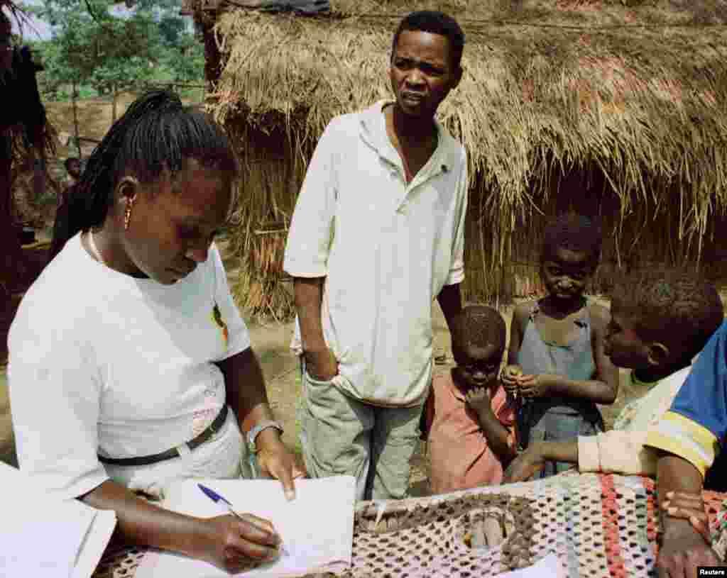 Em 1998, socorristas cadastram crianças que foram separadas de seus pais em um campo de refugiados a 60 quilômetros de Luanda, onde mais de 14 mil pessoas se refugiam da sangrenta guerra civil em Angola.