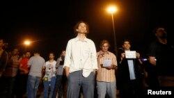 舞蹈指导埃尔代姆·甘杜兹(中)参加在伊斯坦布尔的塔克西姆广场举行的静默抗议。(2013年6月18日)