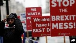 2일 영국 런던 의회 앞에서 브렉시트 반대론자가 시위하고 있다.