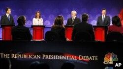 បេក្ខជនប្រធានាធិបតីខាងគណបក្សសាធារណរដ្ឋ ជជែកដេញដោលគ្នានៅរដ្ឋ Michigan នៅថ្ងៃទី ០៩ ខែវិច្ឆិកា ឆ្នាំ២០១១។ (ពីឆ្វេងទៅស្តាំ) បេក្ខជនប្រធានាធិបតីលោក Rick Santorum លោកស្រី Michele Bachmann លោក Newt Gingrich និងលោក Mitt Romney។