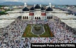 Umat Islam melaksanakan sholat Idul Fitri, menandai akhir bulan puasa Ramadhan, di Masjid Agung Baiturrahman di Banda Aceh, Indonesia, 5 Juni 2019. (Foto: Antara/Irwansyah Putra/via REUTERS)